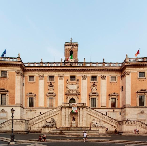 Istniejący projekt piazza del campidoglio został stworzony przez michelangelo buonarroti.
