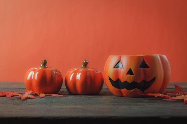 Istotny akcesorium szczęśliwy halloweenowy dekoraci festiwalu pojęcia tło wielości rozmaitości rzeczy na nowożytnym nieociosanym brown biuru biurowym pracownianym biurku w domu pomarańcze pomarańcze przestrzeń dla kreatywnie projekta sformułowań.