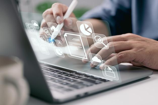It pracuje na laptopie procesy biznesowe system zarządzania dokumentami planowanie postępów dms