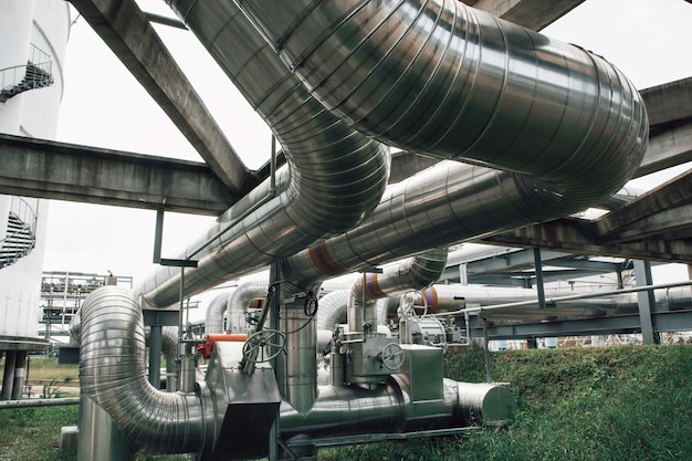 Izolacja i kołnierz stalowych długich rur w fabryce ropy naftowej w rafinerii przemysł petrochemiczny w gorzelni gazowej