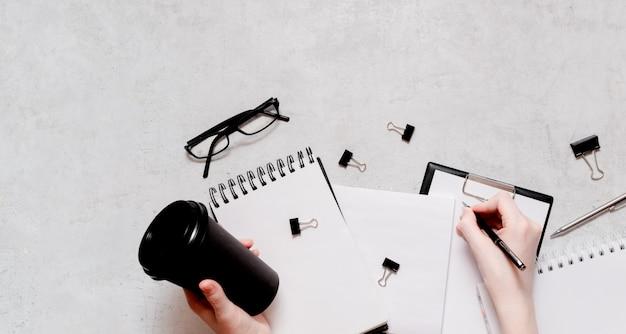 Izolacja i praca z płaskiej koncepcji domu. ołówki, notatnik, nożyczki do linijek i spinacze do papieru. widok z góry widok poziomy copyspace powrót do koncepcji szkoły