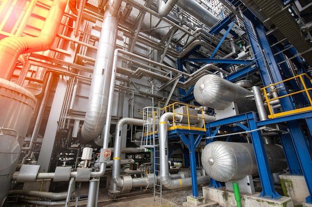 Izolacja urządzeń, kabli i rurociągów bębna parowego, jaka znajduje się wewnątrz elektrowni przemysłowej