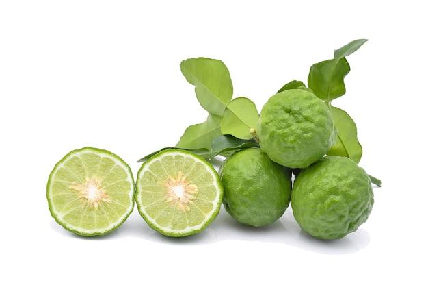 Izolat owocu bergamotki na białym
