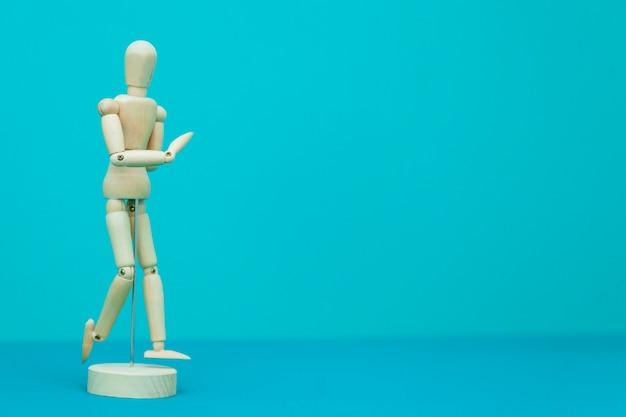 Izolowana rzeźba medyczna w kształcie ludzkiego ciała dla problemów fizjoterapeutów.