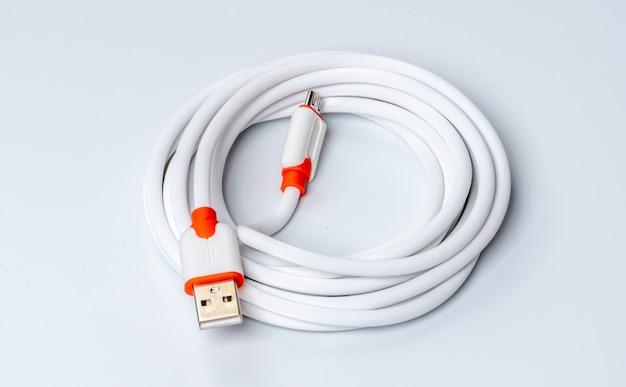 Izolowany Biały Kabel Usb Premium Zdjęcia