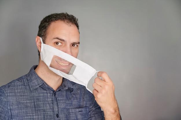 Izolowany mężczyzna ubrany w maskę umożliwiający osobom głuchoniemym