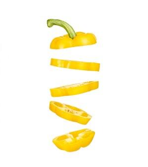 Izoluj kawałki posiekanej żółtej papryki latającej w przestrzeni na białej ścianie. naturalne warzywa, zdrowe jedzenie, wegetariańskie jedzenie.