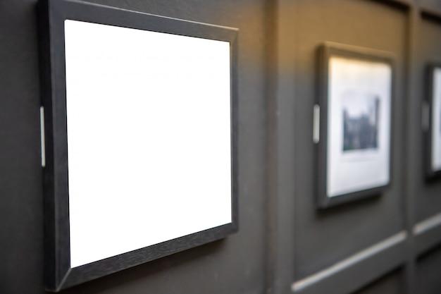 Izoluj ramkę na zdjęcia w galerii sztuki