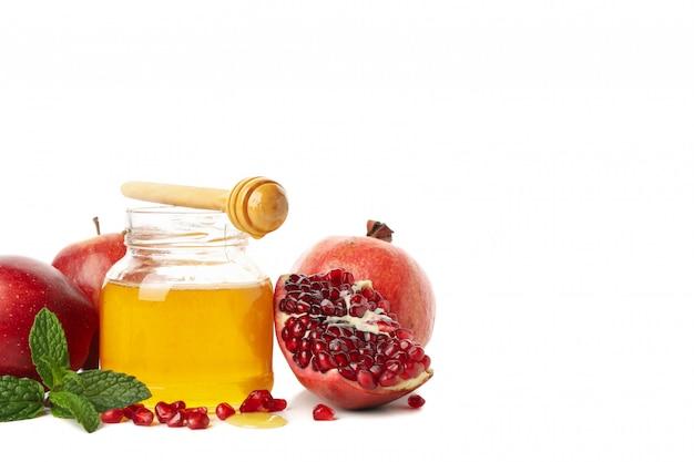 Jabłka, granatowiec i miód odizolowywający na bielu. naturalne leczenie