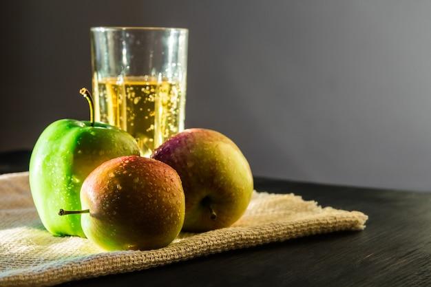 Jabłka i musujące wino jabłkowe