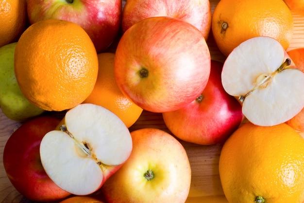 Jabłka i pomarańcza na stoisku targowym