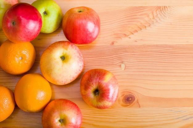 Jabłka i pomarańcze na stoisku targowym