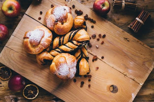 Jabłka i przyprawy wokół bułeczek