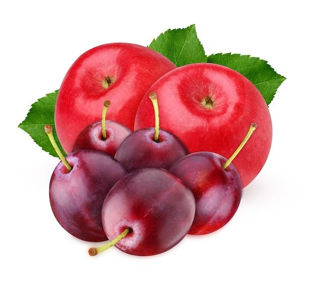 Jabłka i śliwki na białym tle na białej powierzchni