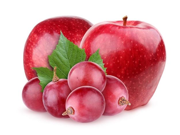 Jabłka i winogrona na białym tle na białym tle ze ścieżką przycinającą. owoce i kiść dojrzałych jagód.
