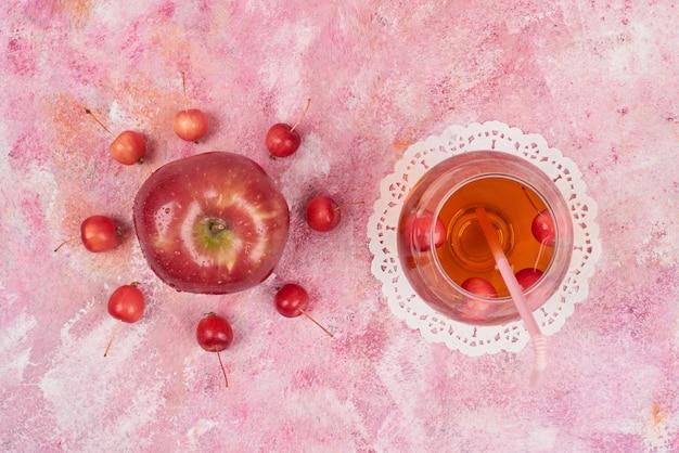 Jabłka i wiśnie z sokiem.