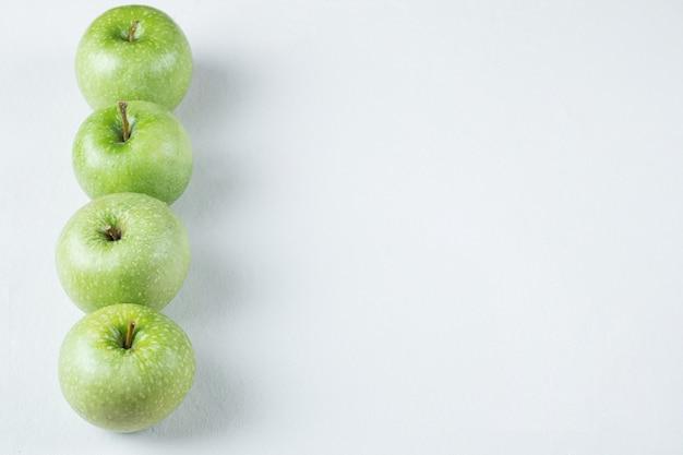 Jabłka na białym tle na białej powierzchni