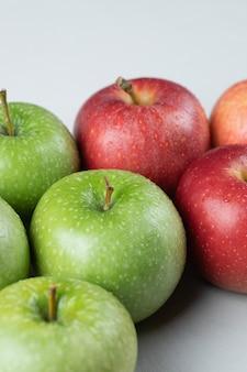 Jabłka na białym tle na pustej białej powierzchni