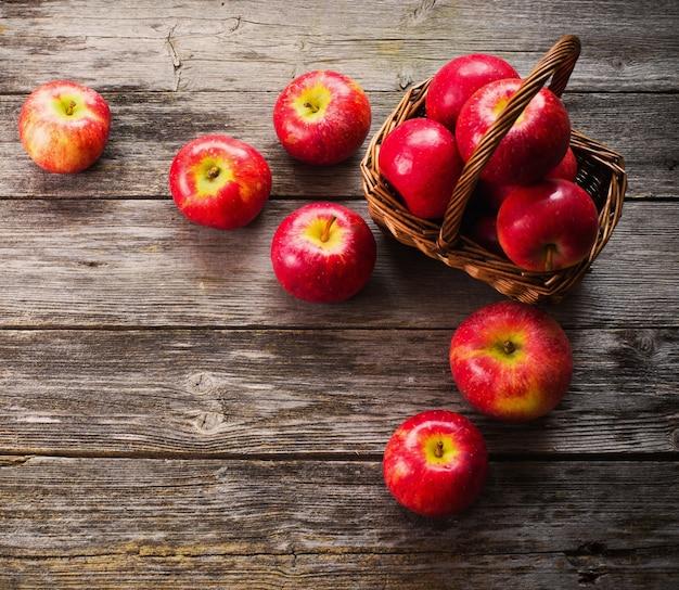 Jabłka na drewnianym stole