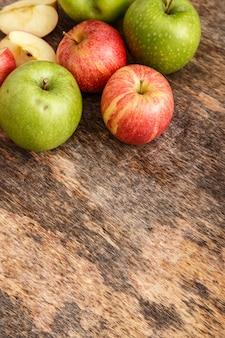 Jabłka na stole
