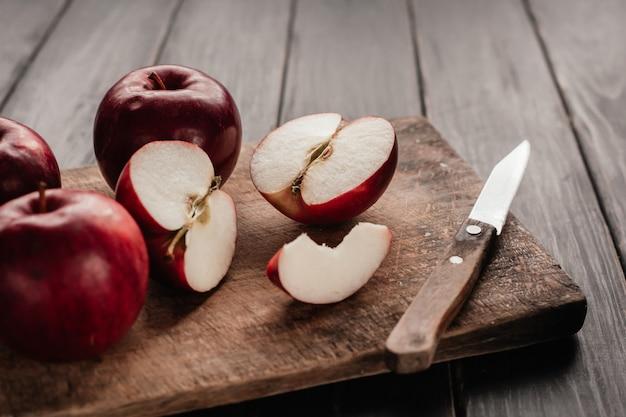 Jabłka obrać i pokroić w plasterki na płycie kuchennej