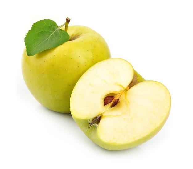 Jabłka owoce z bliska na białym tle
