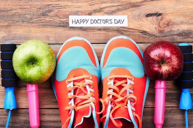 Jabłka, półbuty gumowe i skakanka. pozdrawiam w dzień doktora.