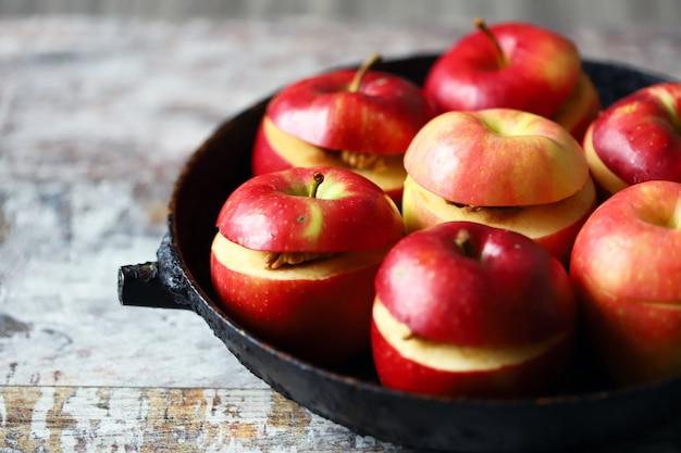 Jabłka przed pieczeniem. pieczone jabłka z cynamonem i miodem. selektywne ustawianie ostrości.
