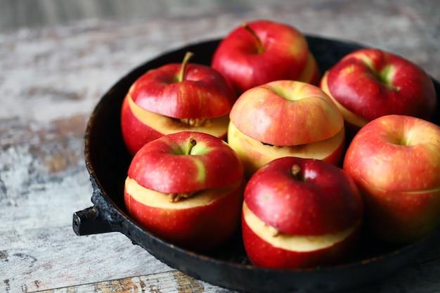 Jabłka przed pieczeniem z cynamonem i miodem.