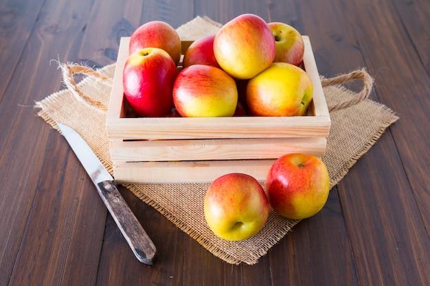 Jabłka w drewnianej skrzyni.