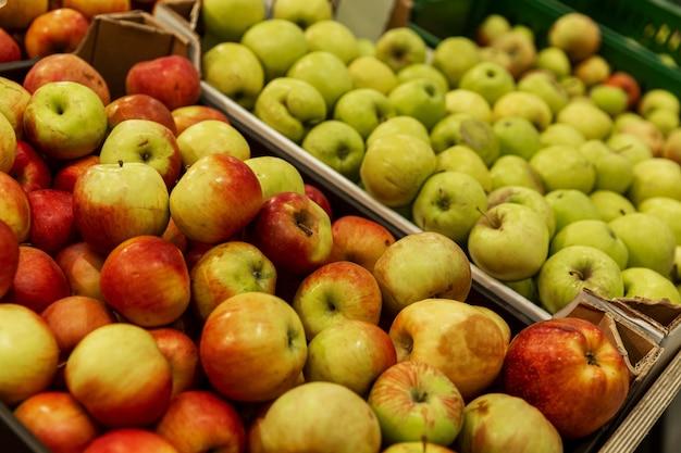 Jabłka w pudełkach w sklepie. widok z boku. witaminy i zdrowa żywność.