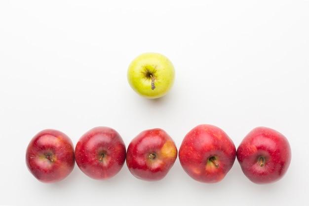 Jabłka wyrównane na stole