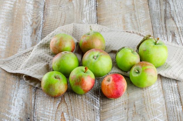 Jabłka wysoki kąt widzenia na ręcznik drewniany i kuchenny
