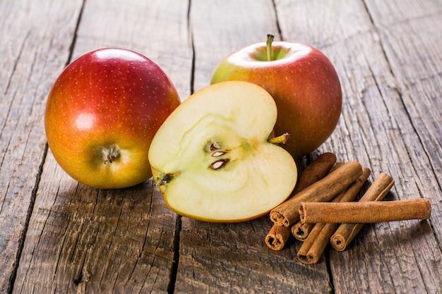 Jabłka z cynamonem na drewnianym stole