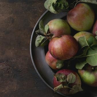 Jabłka z liśćmi