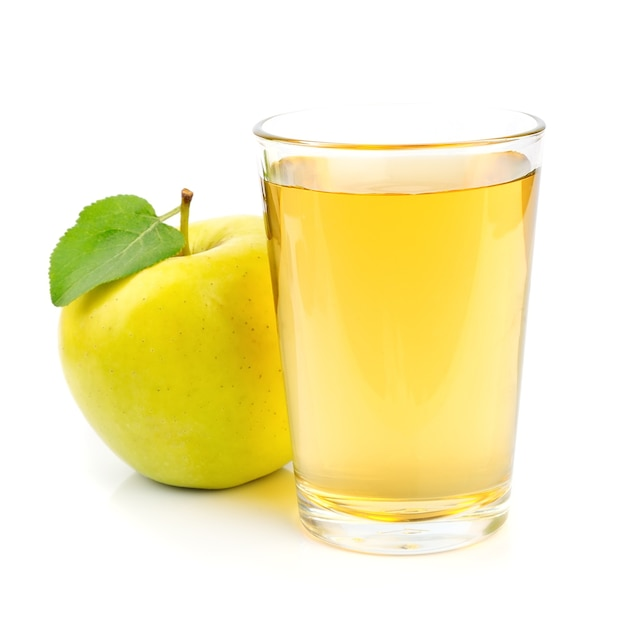 Jabłko i sok z bliska na białym tle