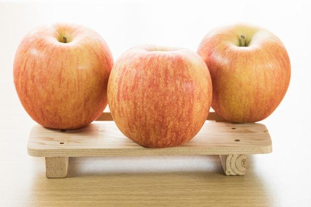 Jabłko na drewnianej tacy