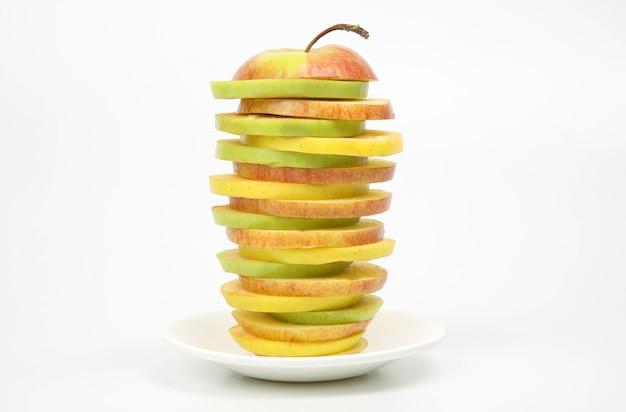 Jabłko pokroić na kawałki na białym talerzu