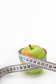 Jabłko z miarką na białym tle
