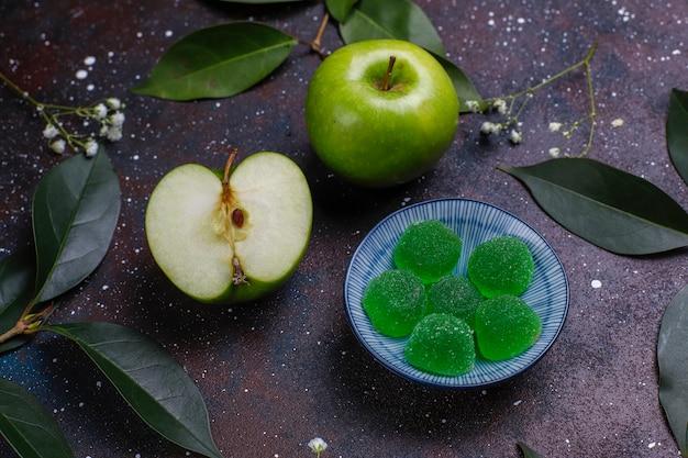 Jabłko-zielony marmoladowy cukierek w cukrze. zdrowy deser dla smakoszy.