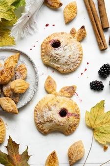 Jabłkowe placki z jeżynami świeżo upieczone domowe jesienne przepisy kulinarne