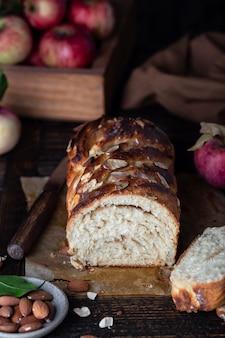 Jabłkowy chleb babka z cynamonem na drewnianym stole
