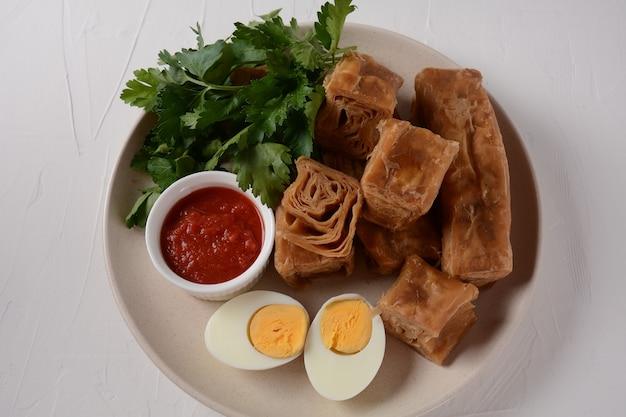 Jachnun lub jahnun, jemeńskie ciasto żydowskie, podawane ze świeżym tartym pomidorem i gotowanym jajkiem i zhug, pochodzące od żydów z adeni, tradycyjnie podawane w poranek szabatowy w izraelu.