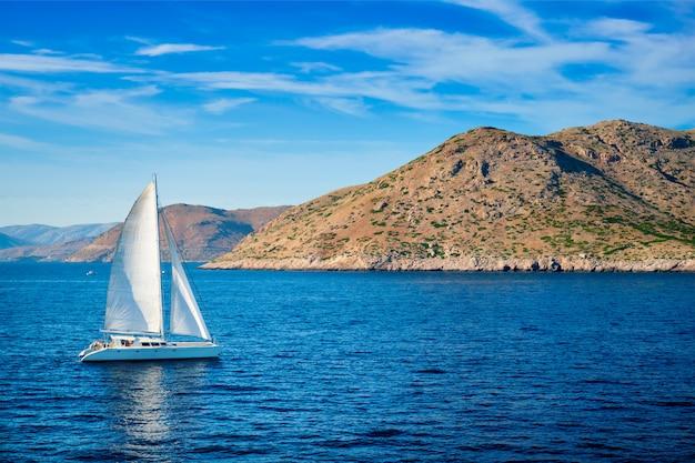 Jacht katamaran na morzu egejskim