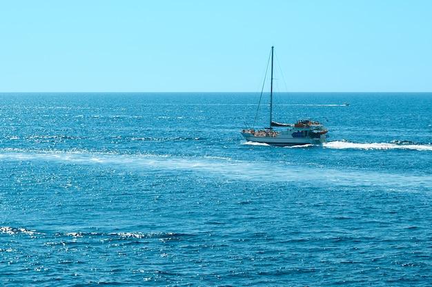 Jacht łódź na wodzie morskiej.