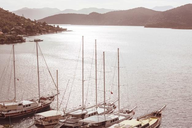 Jacht morski na wybrzeżu morza śródziemnego w turcji
