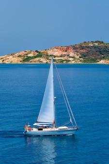 Jacht na morzu egejskim w pobliżu wyspy milos w grecji