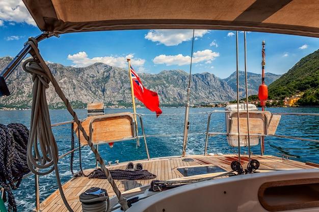 Jacht na morzu na tle gór. piękny krajobraz w słoneczny dzień.