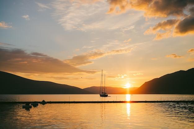 Jacht na morzu o zachodzie słońca sylwetka jachtu na backgro