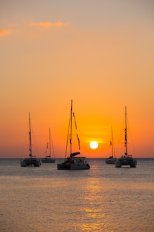 Jacht na morzu podczas zachodu słońca